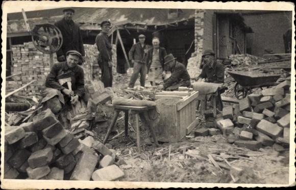 Foto Ak Maurer und Tischler auf einer Baustelle, Ziegelsteine