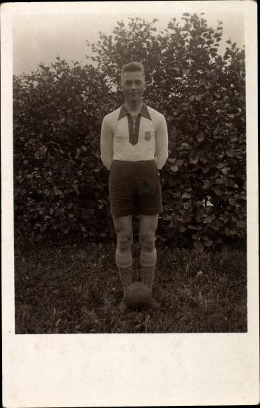 Foto Ak Fußballer in Trikot, Sportsocken, Deutscher Turnerbund Symbol, Junge