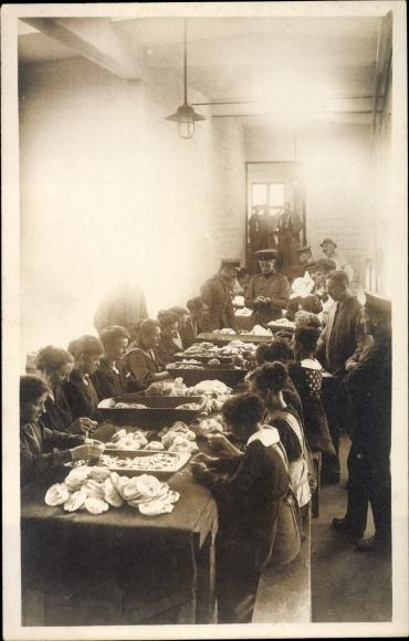 Foto Ak Frauen bei Näharbeiten, Deutsche Soldaten, I. WK
