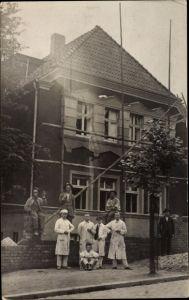 Foto Ak Maurer auf einer Baustelle, Holzgerüst, Arbeitskleidung
