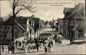 Ak Brunsbüttelhafen, Am Kaiser Wilhelm Kanal, Brunsbüttelerstraße, Aufmarsch von Marinesoldaten