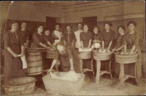 Foto Ak Pensionat zu Glücksburg, Wäscherinnen bei der Arbeit, Waschbretter