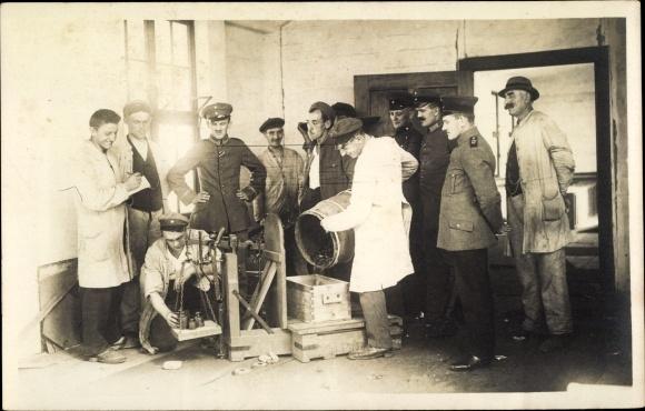 Foto Ak Waage, Deutsche Soldaten in Uniformen, Wasserfass voller Münzen