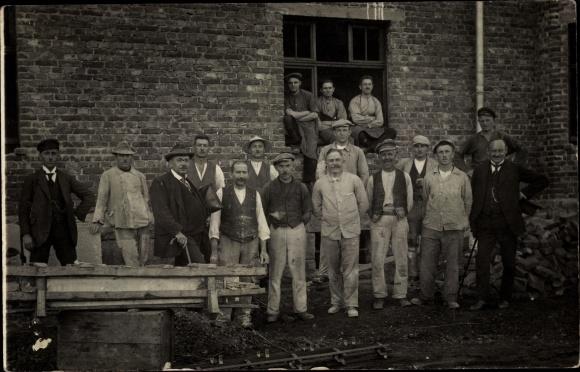 Foto Ak Maurer auf einer Baustelle, Gruppenportrait in Arbeitskleidung