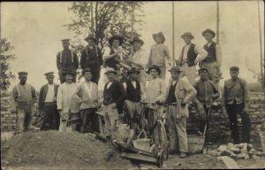 Foto Ak Maurer auf einer Baustelle, Gruppenportrait, Fahrrad