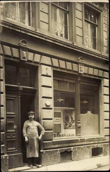 Foto Ak Schuster vor seinem Ladengeschäft, Arbeitsschürze, Reklameschild SAP Boot Polish