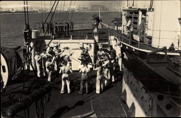 Foto Ak Seeleute an Deck eines Schiffes, Blasmusikorchester, Matrosen