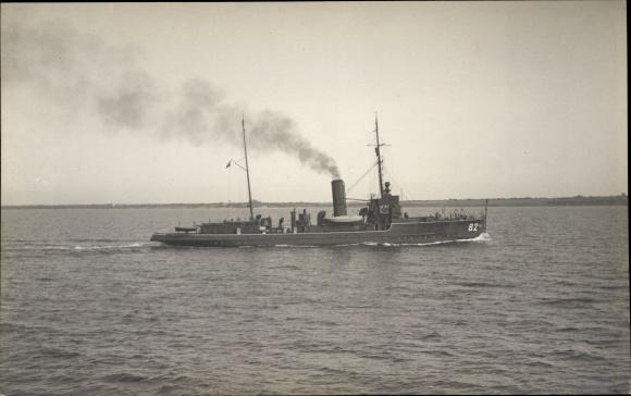 Foto Ak Deutsches Kriegsschiff in voller Fahrt, 82