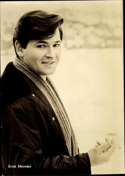Ak Schauspieler Ernst Meincke, Portrait, Zigarette rauchend