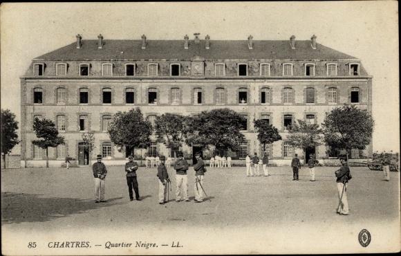 Ak Chartres Eure et Loir, Quartier Neigre, Hof, Soldaten, Bäume, Gebäude