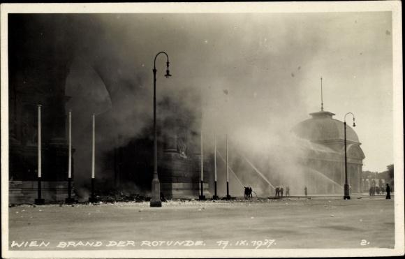 Foto Ak Wien 2. Leopoldstadt Österreich, Brand der Rotunde 1937, Feuerwehr bei Löscharbeiten