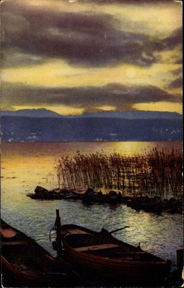 Ak Landschaftsansicht mit Ruderbooten am Ufer, Blick übers Wasser, Sonnenuntergang