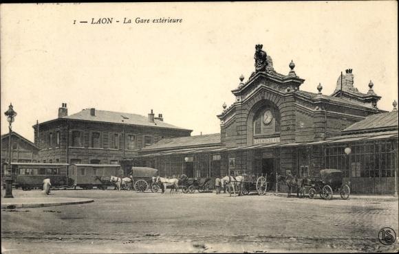 Ak Laon Aisne, La Gare extérieure, Bahnhof, Straßenseite