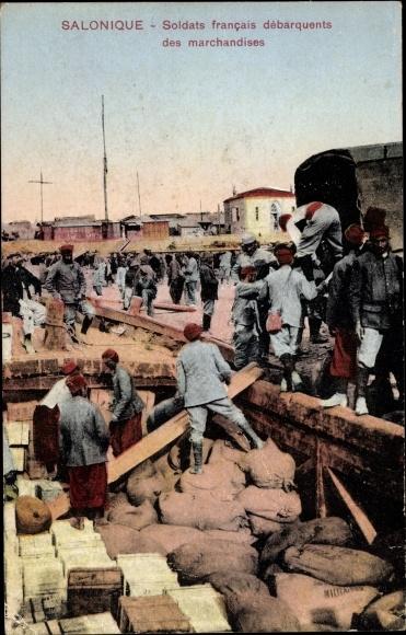 Ak Thessaloniki Griechenland, Soldats francais débarquents des marchandises