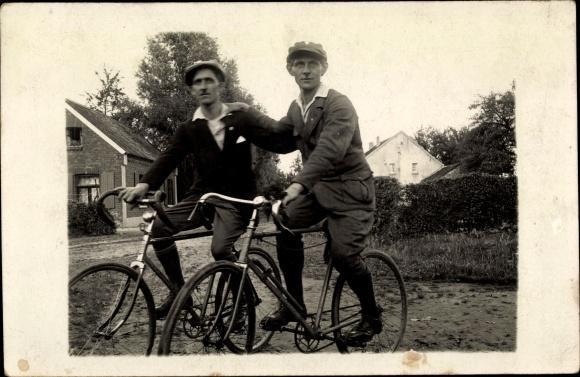Foto Ak Zwei Männer mit Fahrrädern, Luftpumpe, Straßenpartie