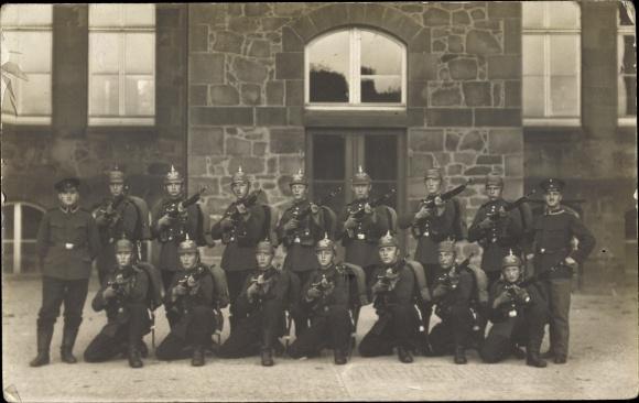 Foto Ak Deutsche Soldaten in Uniformen, Pickelhaube, Gewehre