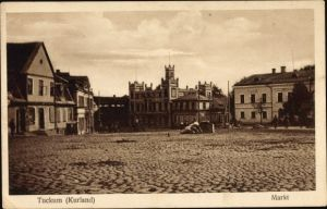 Ak Tukums Tuckum Lettland, Marktplatz mit Gebäuden, Passanten