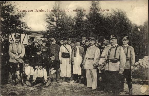 Ak Gefangene Belgier, Franzosen und Turkos, Kriegsgefangenenlager Hildesheim?, deutsche Wachen, I.WK