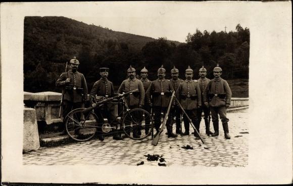 Foto Ak Deutsche Soldaten in Uniformen, Pickelhaube 18, Gewehre, Fahrrad, Brücke