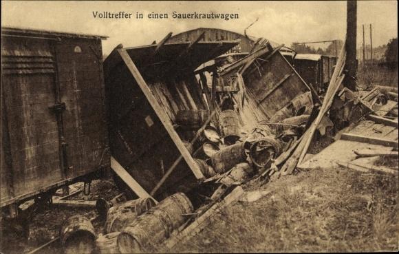 Ak Volltreffer in einen Sauerkrautwagen, Zerstörter Eisenbahnwaggon, Holzfässer, Güterwaggons, I. WK