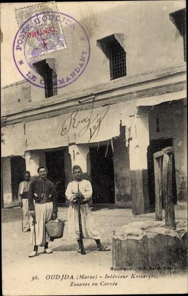 Ak Oudjda Oujda Marokko, Intérieur Kessarias, Zouaves en Corvée