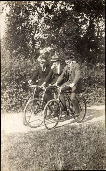 Foto Ak Drei Männer auf Fahrrädern, Spazierfahrt