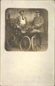 Foto Ak Zwei Männer mit Fahrrädern, Lenkertasche, Mützen