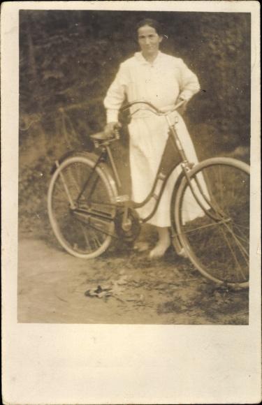 Foto Ak Frau im weißen Kleid mit Fahrrad, Waldweg, Düren?