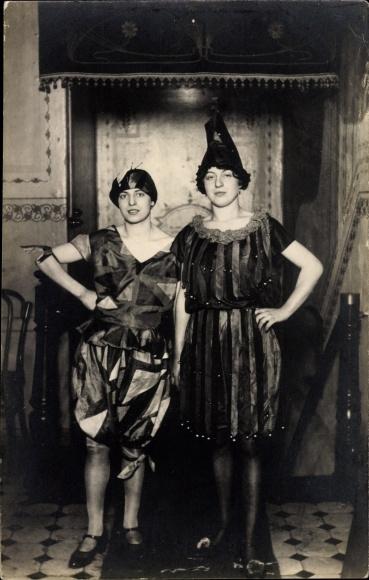Foto Ak Hamburg Altona?, Karneval?, Zwei junge Frauen in Kleidern, Kostümen, Mützen, Festsaal