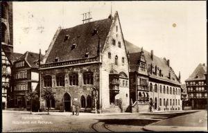 Ak Halberstadt in Sachsen Anhalt, Holzmarkt mit Rathaus, Straßenpartie