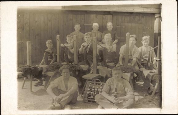 Foto Ak Arbeiter bei einer Mittagspause, Bierkasten