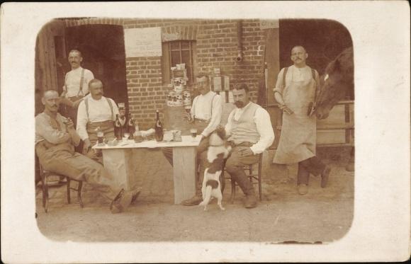 Foto Ak Arbeiter bei einer Mittagspause, Weinflaschen, Hund, Pferd