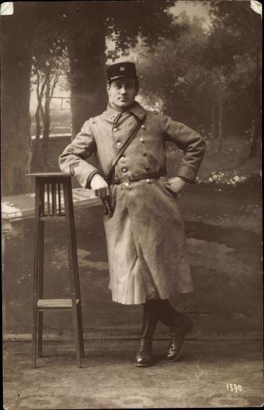 Foto Ak Französischer Soldat in Uniform, Standportrait