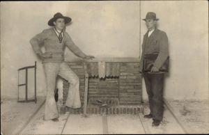 Foto Ak Zimmermann oder Maurer in Gesellenkleidung, Schlaghose, Mann mit Aktenkoffer, Kaminbau