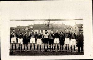 Foto Ak Fußballmannschaft in Trikots, Gruppenportrait in einem Tor