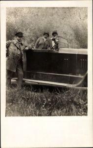 Foto Ak Zwei Frauen und Mann an einem Automobil, Rheinprovinz