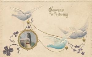 Präge Litho Souvenir affectueux, weiße Tauben, Portrait einer jungen Frau, Kleeblatt, Blumen