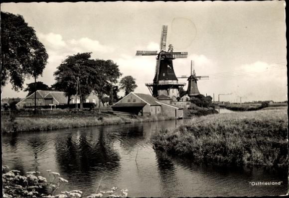 Ak Ostfriesland, Windmühlen am Kanal, Wohnhäuser, Dorfpartie