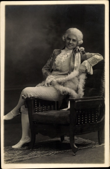 Foto Ak Dame im historischen Kostüm, Perücke, Federboa, Fotograf A. Mohaupt Oldenburg