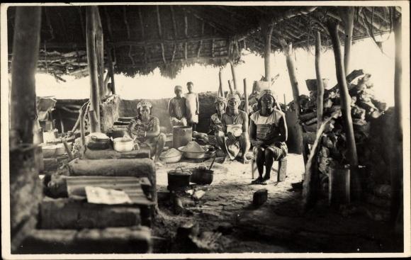 Foto Ak Afrika, Frauen beim Kochen in einer Hütte