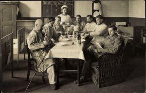 Foto Ak Deutsche Soldaten im Lazarett, Esstisch, Krankenschwester, I. WK