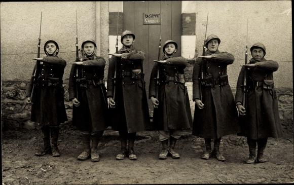 Foto Ak Französische Soldaten in Uniform, Gruppenportrait, Helme, Gewehre, Bajonette, I. WK