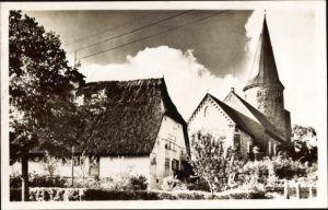 Ak Neukirchen in Ostholstein, Haus mit Reetdach, Kirche