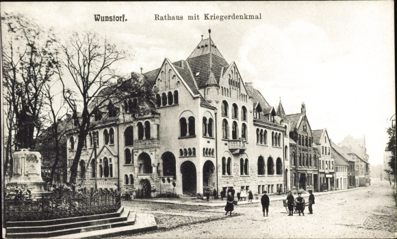 Ak Wunstorf in Niedersachsen, Rathaus m. Kriegerdenkmal, Straßenpartie, Passanten