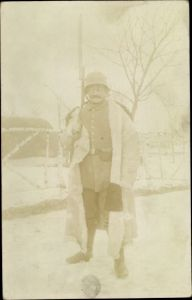 Foto Ak Deutscher Soldat in Uniform, Standportrait, Stahlhelm, Bajonett, Wintermantel, I. WK