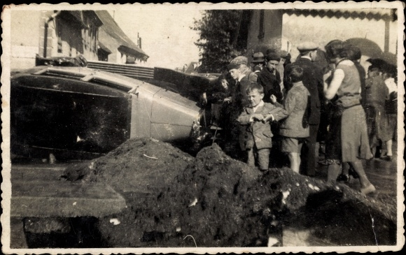 Foto Ak Autounfall, umgekipptes Auto, Schaulustige
