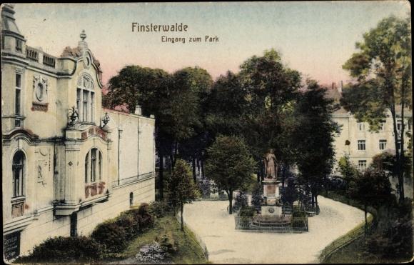 Ak Finsterwalde Brandenburg, Eingang zum Park, Denkmal, Jacobsa Hausfassade