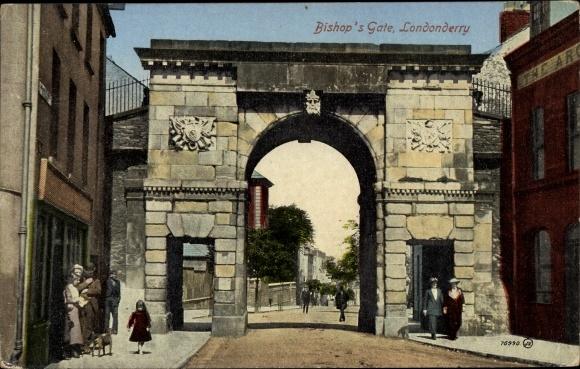 Ak Derry Londonderry Nordirland, Bishop's Gate, Tor und Straßenpartie