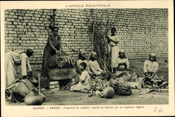 Ak Bwanda Ouganda Uganda, Préparation du matoké bouillie de bananes, par les religieuses indigènes