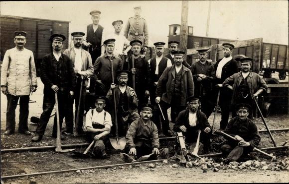 Foto Ak Bauarbeiter auf einer Baustelle, Gleisbau, Güterwaggons